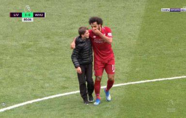 بالصور .. طفل يقتحم الملعب من أجل صلاح