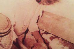 صور نادرة للملك فيصل أثناء ترميم الكعبة