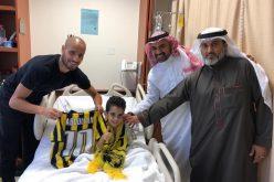 الأحمدي يزور طفل في أحد مستشفيات جدة