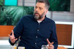 في موقف إنساني : مذيع ينقذ حياة رجل أراد الانتحار خلال برنامج إذاعي