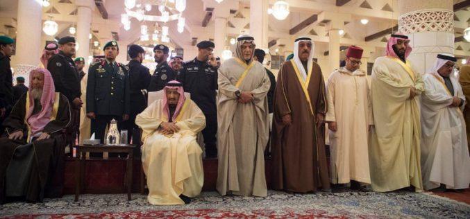 بالصور.. خادم الحرمين يؤدي صلاة الميت على الأمير طلال بن عبدالعزيز