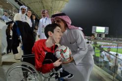 بالصور لفتة إنسانية من رئيس الاتحاد الآسيوي لكرة القدم
