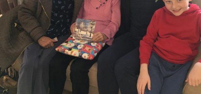 سيدة بريطانية تلتقي بوالدتها بعد 70 عاماً