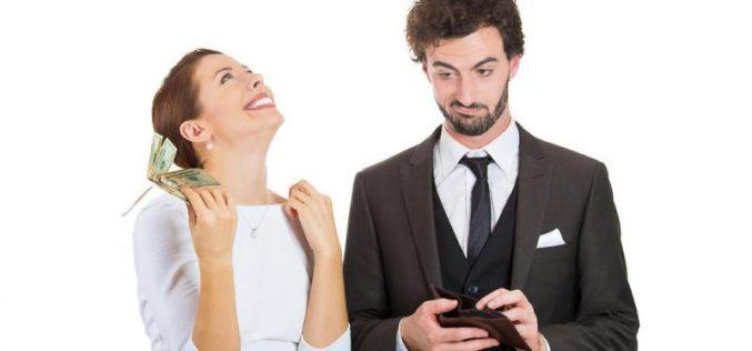 تُغرم زوجها بـ مبلغ مالي كلما تأخر عن المنزل !