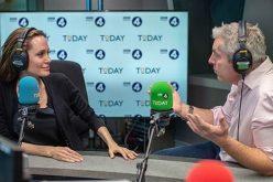 أنجلينا جولي تحارب الأخبار الكاذبة ببرنامج إذاعي