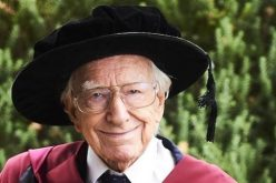 بعزيمة وإصرار .. رجلُ في التسعين يحصل على شهادة الدكتوراة