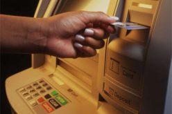 في موقف غريب .. لص يعيد النقود لسيدة بعدما تأكد من رصيدها البنكي !