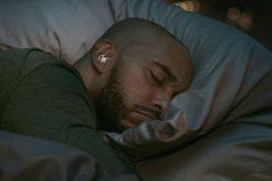 أطباء يحذرون من استخدام سماعات الأذن أثناء النوم