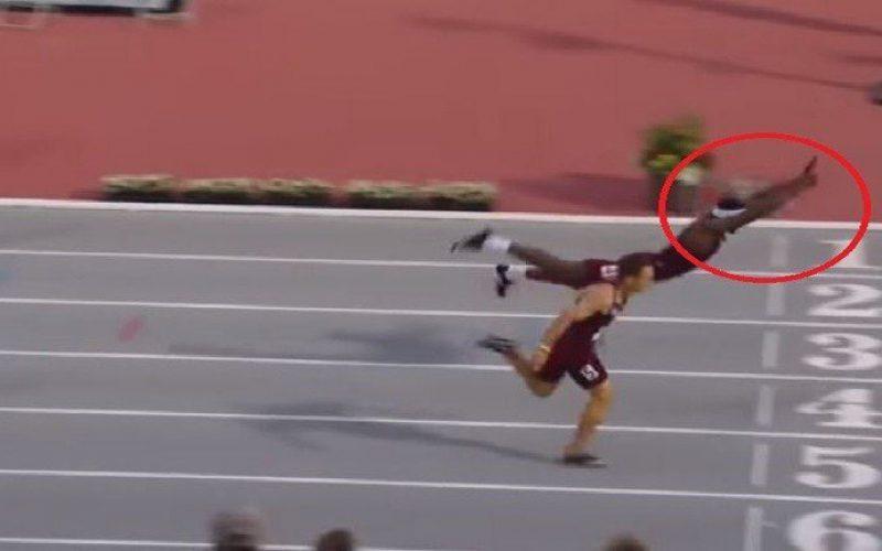 """العداء الأمريكي تاكير يفوز في أحد السباقات بقفزة """"سوبر مان"""""""