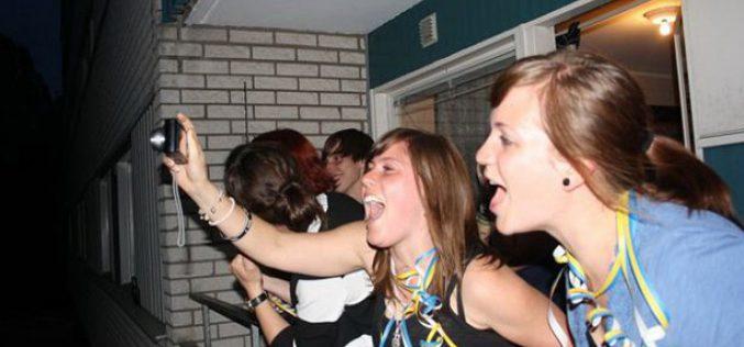 في تقليد غريب ..طلاب جامعة سويدية يقومون بالصراخ للتخلص من إجهاد الدراسة