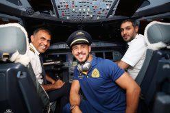 بالصور : لاعبوا النصر يلتقطون الصور في قمرة قيادة الطائرة