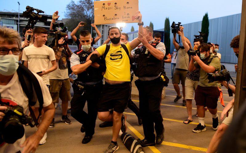 جماهير برشلونة تقتحم مكاتب النادي احتجاجاً على أخبار رحيل #ميسي